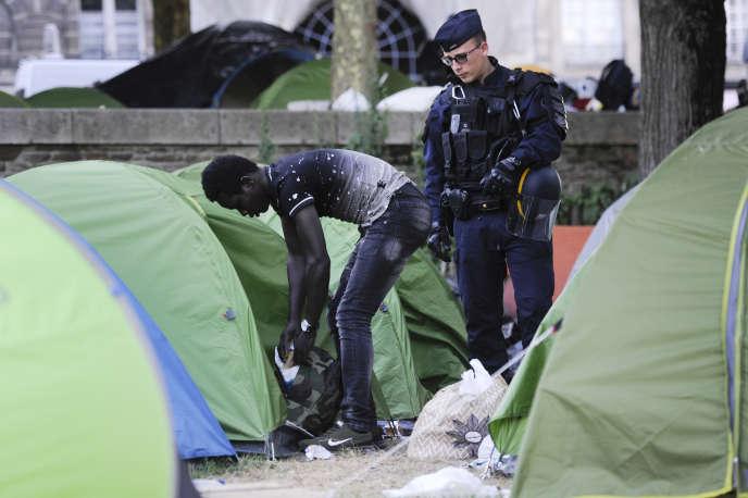 Lors de l'évacuation du square Daviais, lundi 23 juillet à Nantes.