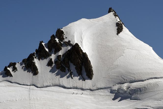 Des alpinistes tentent l'ascension du mont Blanc, le 2 août.