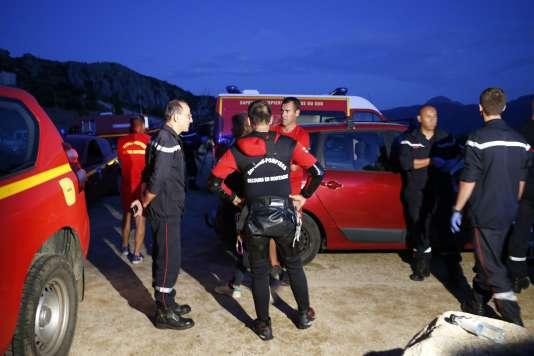 Réunion entre gendarmes et pompiers pendant l'opération de sauvetage dans le canyon de Zoicu en Corse-du-Sud, le 1er août.