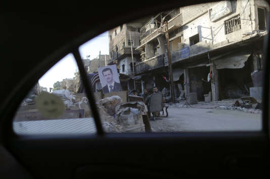 Un portrait de Bachar Al-Assad marque un checkpoint de l'armée syrienne à Damas (Syrie), le 16 juillet.