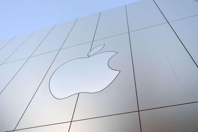 Grâce à un trésor de guerre de plusieurs centaines de milliards de dollars de liquidités, Apple a aussi procédé ces dernières années à de nombreux rachats d'actions, dopant automatiquement la valeur du titre.