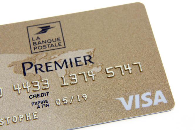 Une carte bancaire Visa Premier de la Banque Postale.