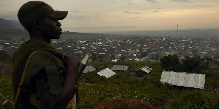 UN soldat de l'armée congolaise surveille un village de la province du Nord-Kivu, en mai 2018.