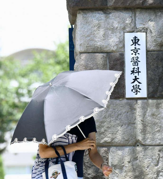 Devant l'université de médecine de Tokyo (Japon), le 2 août.