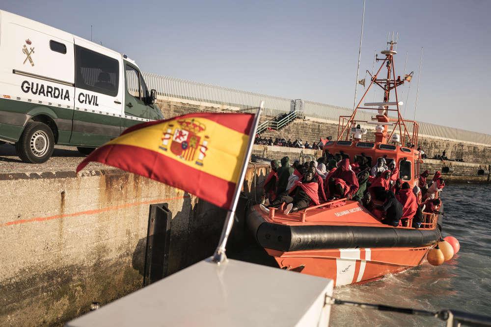 Vendredi 27 juillet, des migrants secourus en plein milieu du détroit de Gibraltar attendent d'être pris en charge dans le port de Tarifa,situé à la pointe sud de l'Espagne.