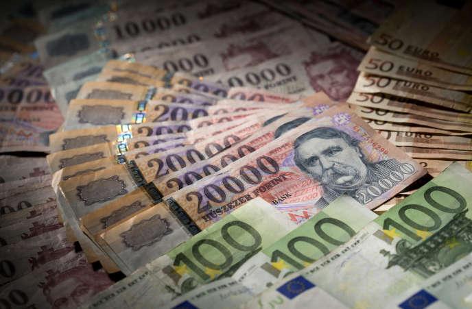 Des forints, la devise nationale hongroise, et des euros, en 2014.