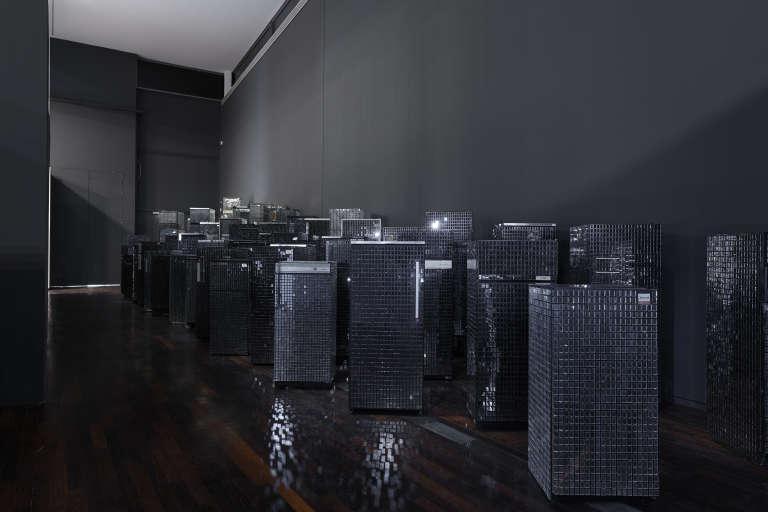 Kader Attia, «Untitled (Skyline)», 2007-2012. Réfrigérateurs, peinture noire, tesselles de miroir.