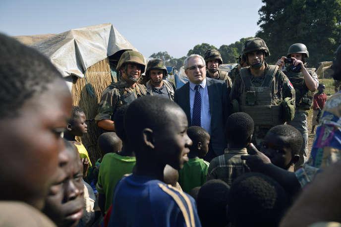 Charles Malinas, alors ambassadeur de France, en visite dans un camp de déplacésde la région de Bossangoa, dans le nord de la République centrafricaine, en janvier 2014.