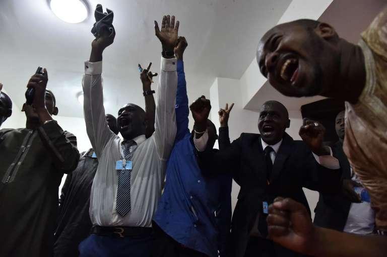 Explosion de joie au quartier général du président sortant malien Ibrahim Boubacar Keïta, le 2août à Bamako.