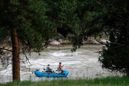 Deux pêcheurs à la mouche naviguent dans les rapides de la Blackfoot River, en amont de Missoula. Ils pêchent dans les mêmes eaux que les héros du récit de Norman Maclean, « La Rivière du sixième jour». Dans le Montana, on peut pêcher librement si son embarcation est à flot.