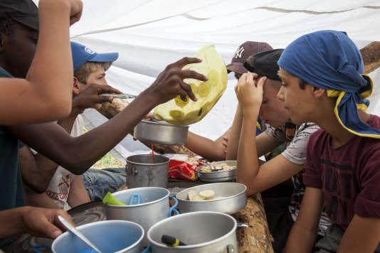 Lors de la préparation du repas, dans un camp scout à Gournay-Loizé (Deux-Sèvres), le 16 juillet 2018.