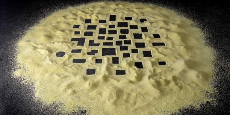 Kader Attia,«Untitled», 2009. Installation, couscous, vingt moules, peinture acrylique noire.