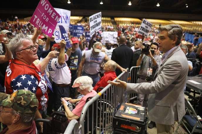 Le correspondant de CNN à la Maison Blanche,Jim Acosta, tente de dialoguer avec des supporteurs de Donald Trump,à Tampa (Floride), le 31 juillet.