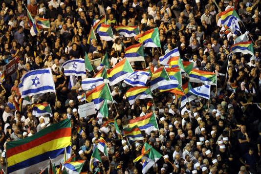 Des drapeaux druzes et israéliens, lors de la manifestation place Rabin à Tel-Aviv, le 4août.
