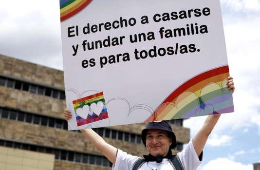 « Le droit de se marier et de fonder une famille est pour tous/toutes», peut-on lire sur la pancarte de cette manifestante, au Costa Rica, le 4 août.