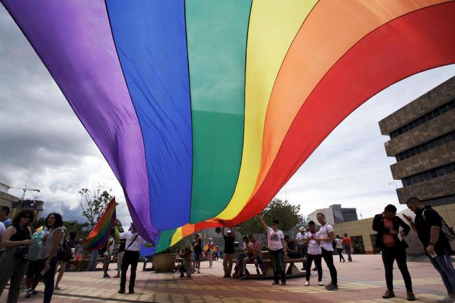 Des militants en faveur du mariage pour tous devant la Cour suprême du Costa Rica, le 4 août.