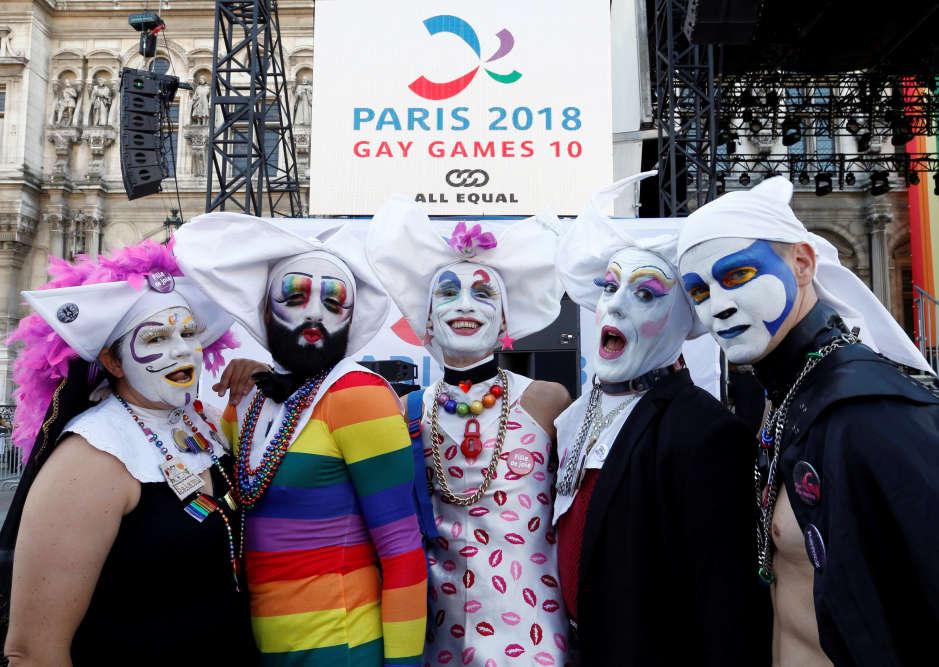Plusieurs participants posent devant le village des Gay Games, devant l'hôtel de ville de Paris, le 4 août 2018.