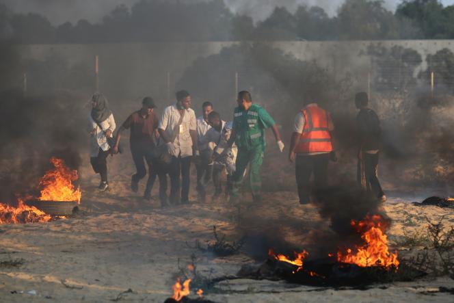 Des brancardiers et des manifestants palestiniens transportent un blessé lors de manifestations à Khan Younès, dans le sud de la bande Gaza, le 3 août.