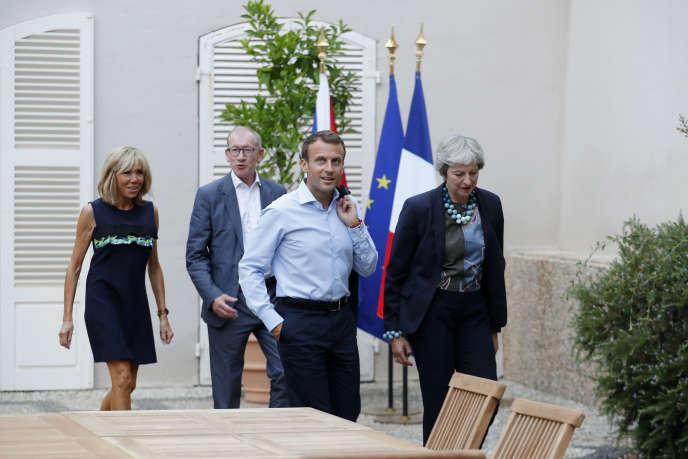 Emmanuel Macron et son épouse Brigitte, Theresa May et son époux Philip, à Brégançon à Bornes-les-Mimosas, le 3 août.