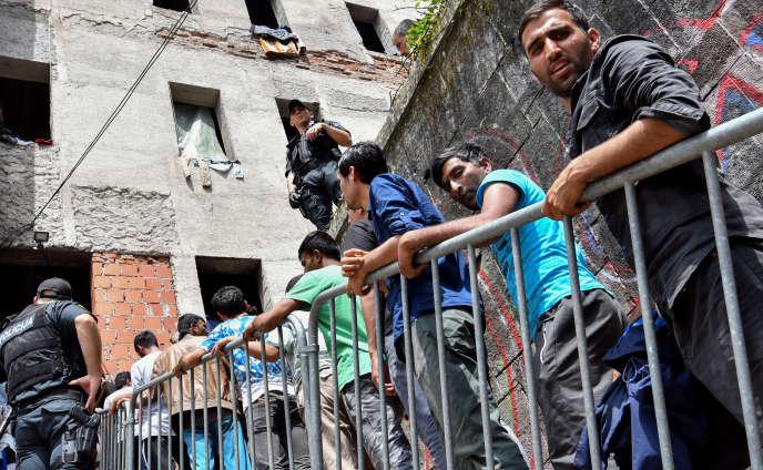 Des migrants près de Bihac, devantle dortoir d'une école abandonnée, le 4 juillet.