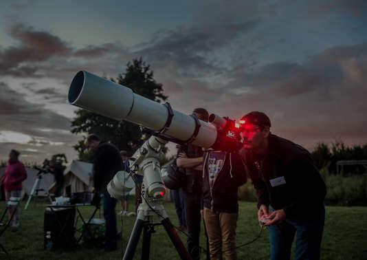 Des membre duClub astronomique de la région lilloise, à Villeneuve-d'Ascq (Nord), lors de la 24eédition des Nuits des étoiles, en 2014.