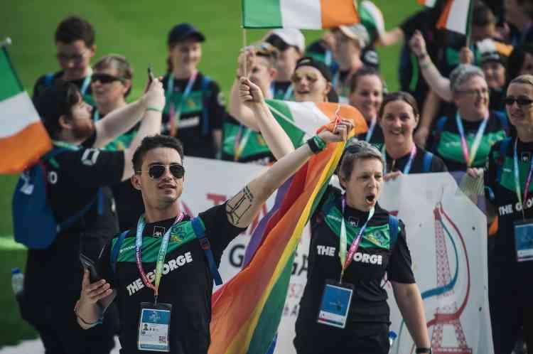 L'équipe irlandaise de 138athlètes défile sur la pelouse du stade Jean-Bouin avant la cérémonie d'ouverture.