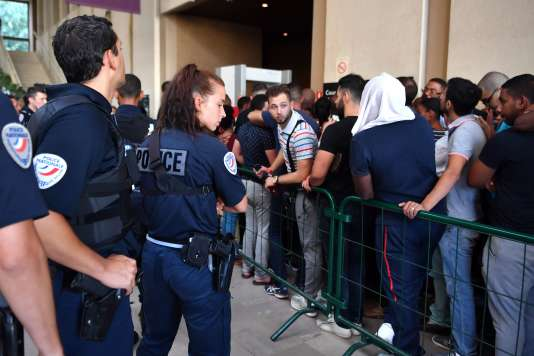A l'entrée du tribunal de Créteil où les fans de Booba et Kaaris sont venus assister à leur procès en comparution immédiate, le 3 août.