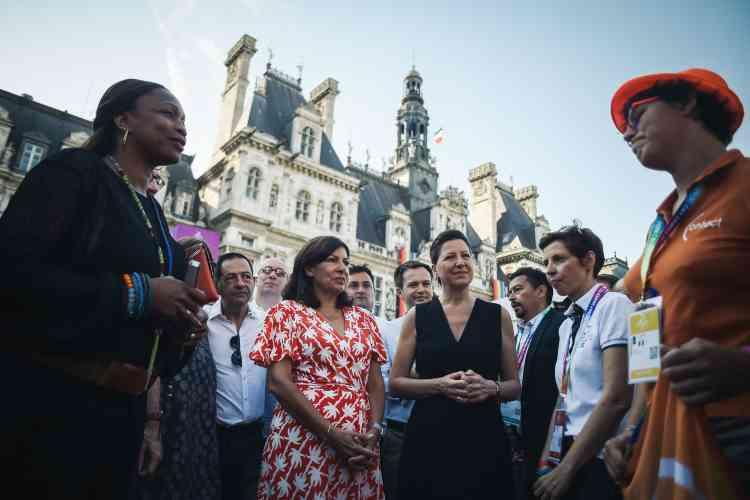De gauche à droite, la ministre des sports, Laura Flessel, la maire de Paris, Anne Hidalgo, et la ministre de la santé et de la solidarité, Agnès Buzyn, visitent le village des Gay Games installé devant l'hôtel de ville de la capitale lors de la journée d'inauguration. Plus de 10000participants venus de 91pays sont attendus pour cette 10eédition.