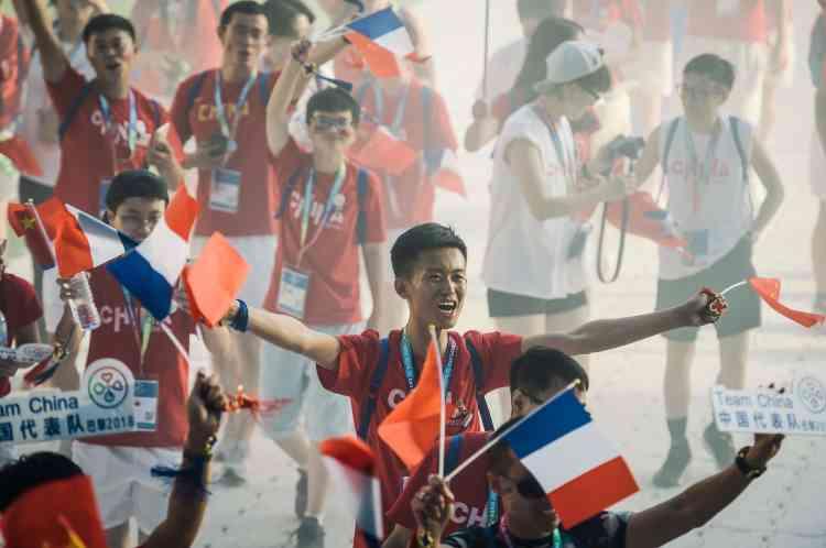 La déléguation chinoise défile dans le stade Jean-Bouin avant la cérémonie d'ouverture.