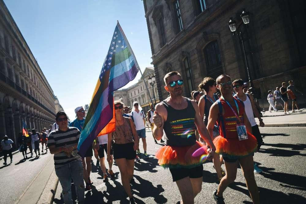Un homme porte le drapeau arc-en-ciel lors de la« Rainbow run», dédiée à toutes les personnes mortes du Sida, et qui reliait la mairie de Paris à la place de la Concorde le jour de l'ouverture des Gay Games 2018, samedi 4 août.