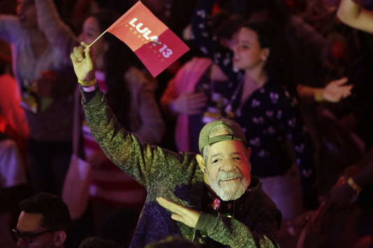 Un militant porte un masque à l'effigie du candidat Lula, en prison, lors de la convention du Parti des travailleurs à Sao Paulo, samedi4 août.