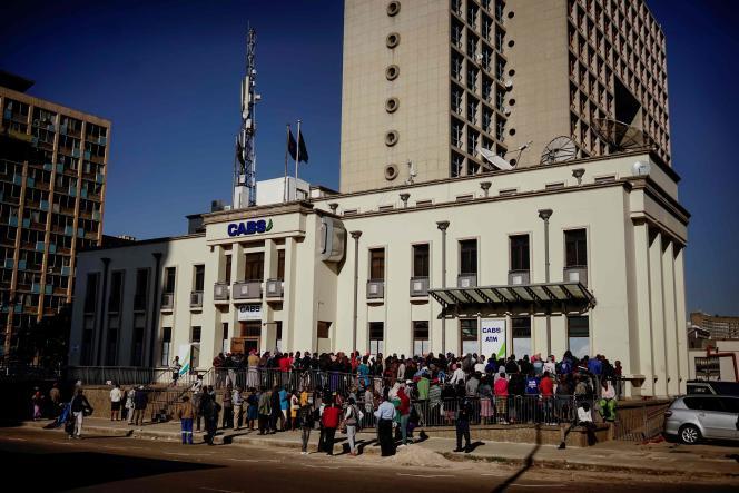 Des habitants de Harare (Zimbabwe) font la queue devant une banque dans l'espoir de pouvoir retirer de l'argent liquide, le 1er août.