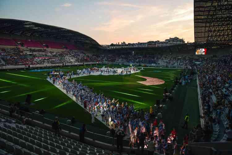 Des athlètes de l'équipe française, la seconde plus importante lors de cette édition parisienne avec 2 340 participants, défilent dans le stade Jean-Bouin. Parmi les 90 nations représentées, certaines viennent de pays où l'homosexualité est illégale ou pénalisée.