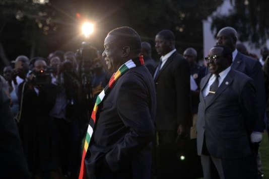 Le nouveau président, Emmerson Mnangagwa, s'apprête à donner une conférence de presse à Harare (Zimbabwe), le 3 août.