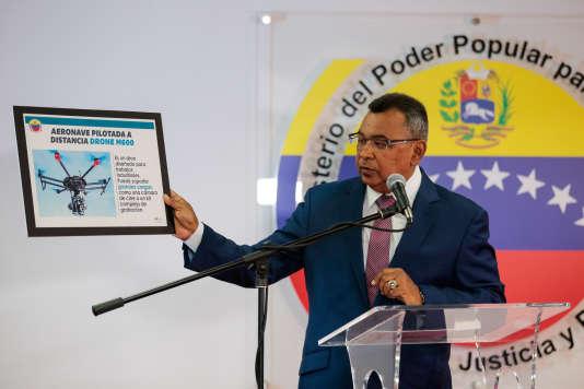 Le ministre vénézuélien de l'intérieur et de la justice,Nestor Reverol, montre la photo d'un drone, lors d'une conférence de presse à Caracas, le 5 août.