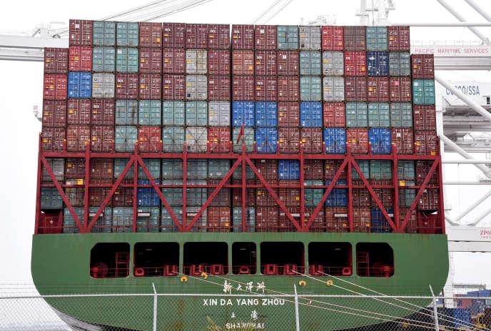 Des conteneurs sont chargés à bord du navire chinois «Xin Da Yang Zhou», dans le port de Long Beach (Californie), le 4 avril.