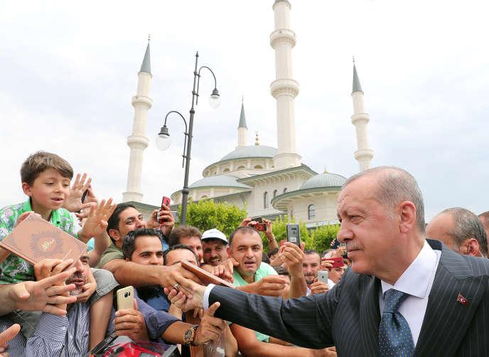 Le président turc, Recep Tayyip Erdogan, devant une mosquée à Ankara (Turquie), le 3 août.