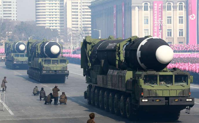 Des missiles balistiques sont exposés à l'occasion de la parade militaire organisée pour le 70e anniversaire de l'armée coréenne, le 8 février.