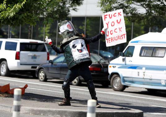 Un contre-manifestant fait un doigt d'honneur aux sympathisants d'extrême droite manifestant à Portland (Oregon), le 4 août.