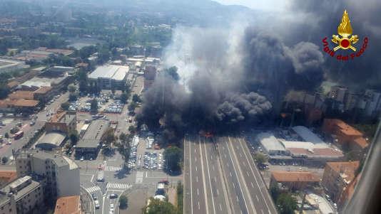 L'explosion du camion, impliqué dans un accident de la route au nord de Bologne, a eu lieu peu après midi, lundi 6 août.