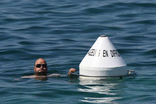 Dans la rade sud de Marseille, six bouées de sécurité ont été installées, dans des zones où les noyades sont fréquentes, pour permettre aux nageurs en détresse de se reposer en attendant l'arrivée des secours.