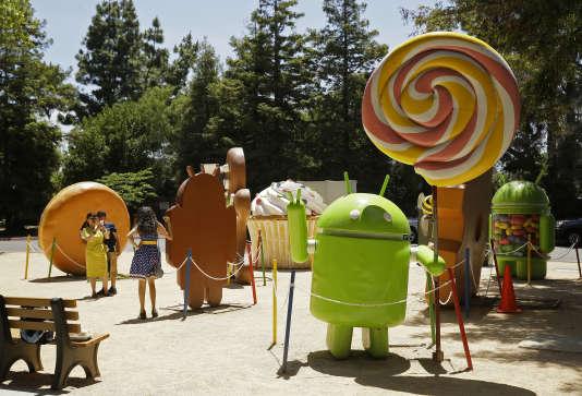 Des statues à l'effigie des principales versions d'Android sur le campus de Google à Mountain View, en Californie.