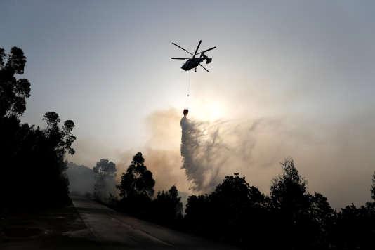Un hélicoptère déverse de l'eau sur un incendie, à Monchique, au Portugal, le 6 août.