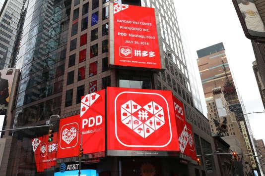 Le logo de Pinduoduo affiché sur le bâtiment Thomson Reuters pour l'entrée en Bourse réussie de l'entreprise au Nasdaq, à New York, le 26 juillet.