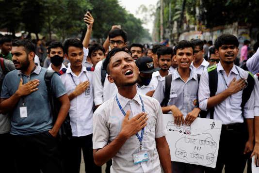 Des étudiants bangladais manifestent à Dacca pour le septième jour consécutif,le 4 août.