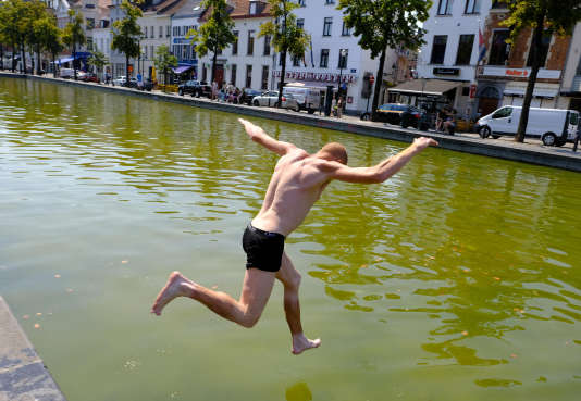 Baignade improvisée dans un canal à Bruxelles.