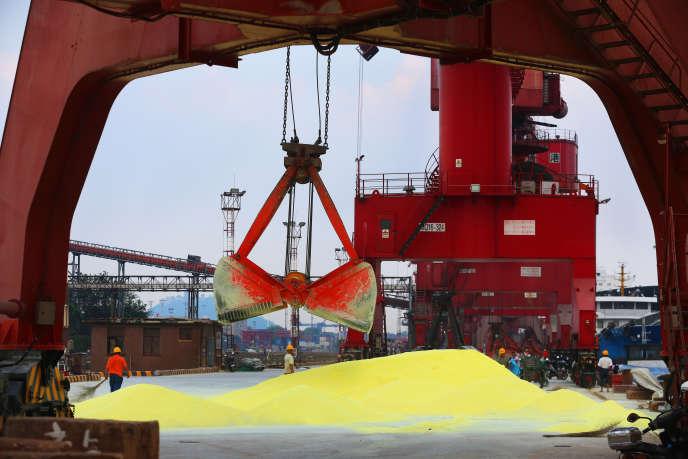 Déchargement de soufre importé au port de Nantong, dans la province chinoise de Jiangsu, le 24 juillet.