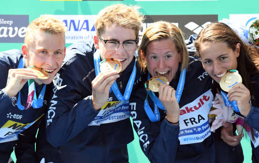 Marc-Antoine Olivier, Logan Fontaine, Aurélie Muller and Océane Cassignol, après leur victoire sur le 5 km par équipes en juillet 2017 en Hongrie.