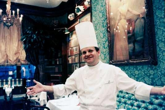 Le chef Joël Robuchon, en janvier 1994, dans son restaurant,avenue Raymond-Poincaré, dans le 16e arrondissement de Paris,reconnu meilleur restaurant au mondepar la revueInternational Herald Tribune.