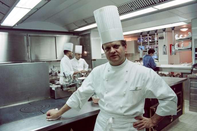 Joël Robuchon, en janvier 1994,avenue Raymond-Poincaré, dans le 16earrondissement de Paris.